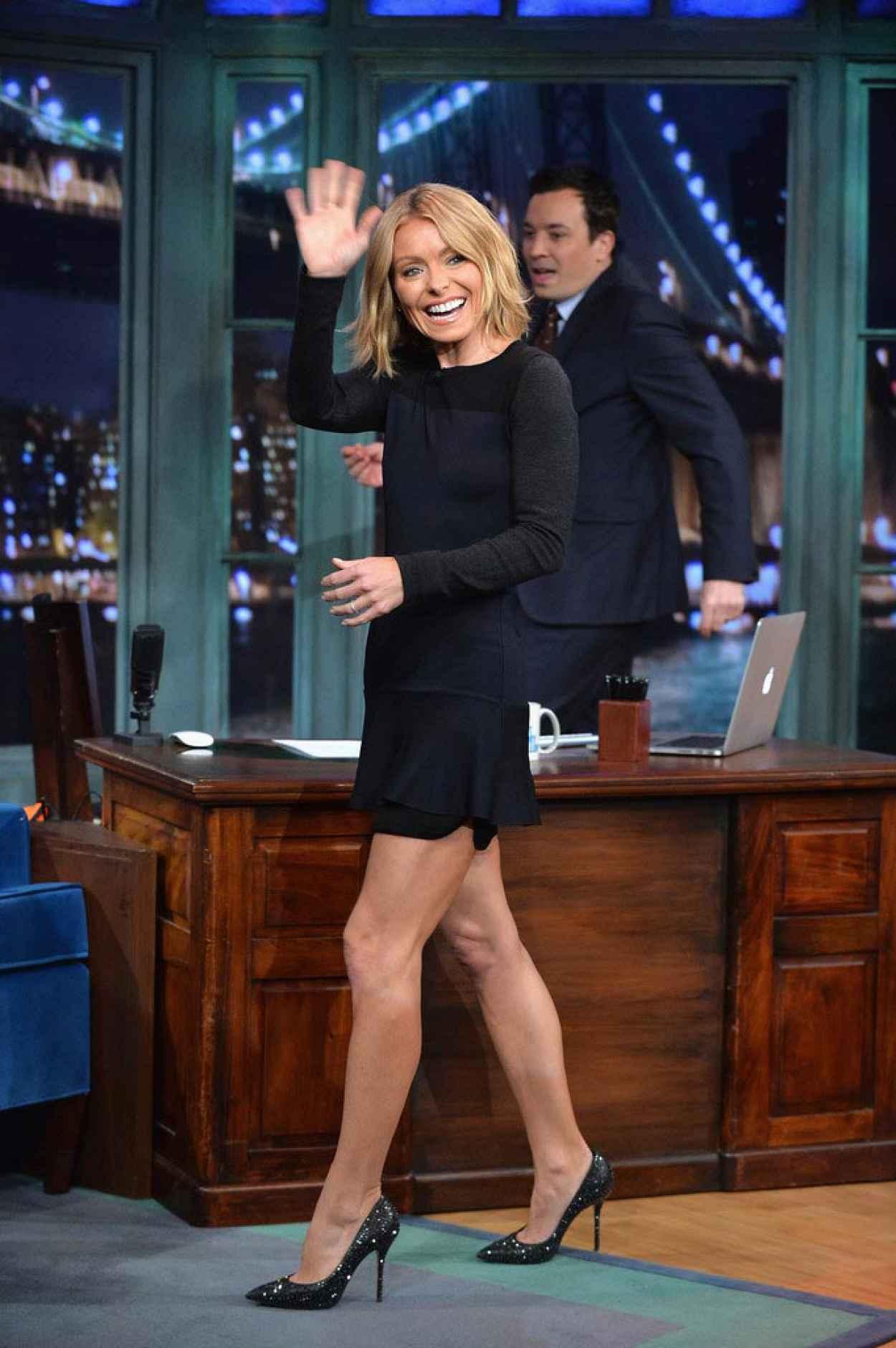 Kelly Ripa Visits Late Night with Jimmy Fallon - Twerking & Dancing GIFs-1