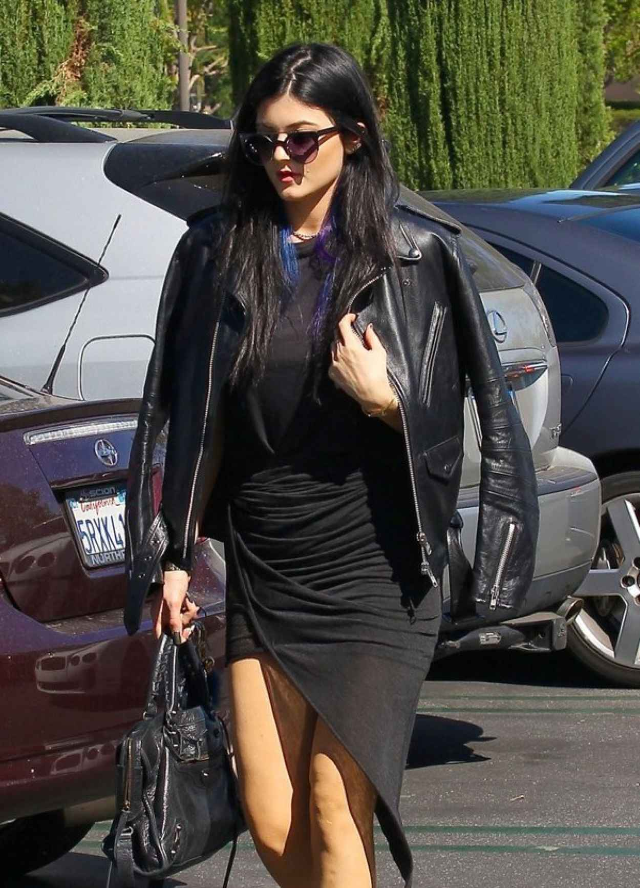 Kylie Jenner Street Style - Stops for Lunch at Sushi Restaurant SugarFish in Calabasas-1