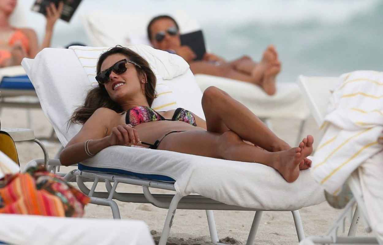 Alessandra Ambrosio Bikini Candids - at the Beach on January 31, 2015-1
