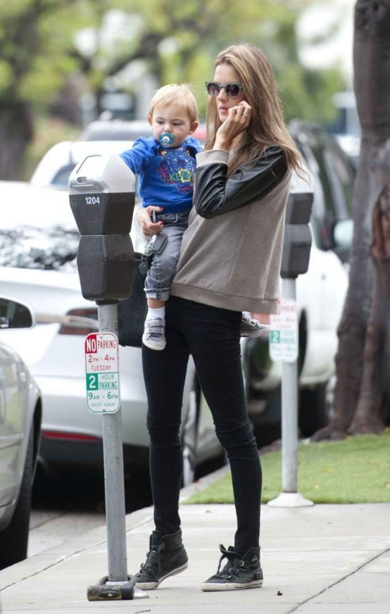 Alessandra Ambrosio Street Style - Out in Los Angeles - November 2015-1