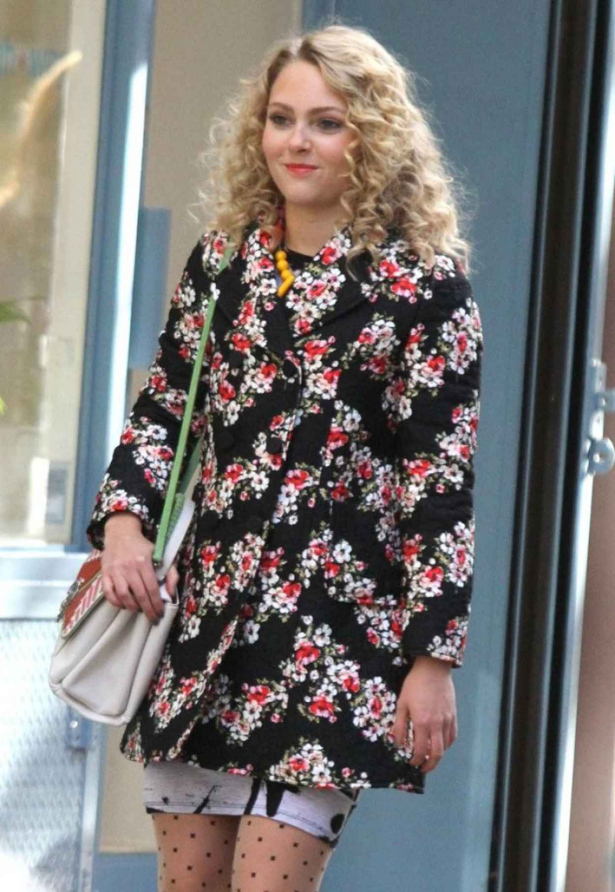 AnnaSophia Robb Street Style - on the Set of The Carrie Diaries in New York City-1