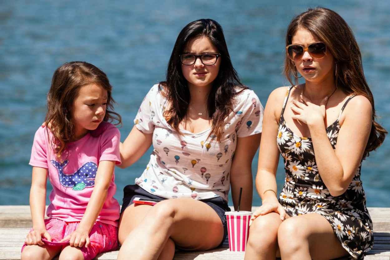 Ariel Winter, Sarah Hyland, Sofia Vergara & Julie Bowen - Modern Family S05E20 Photos-1