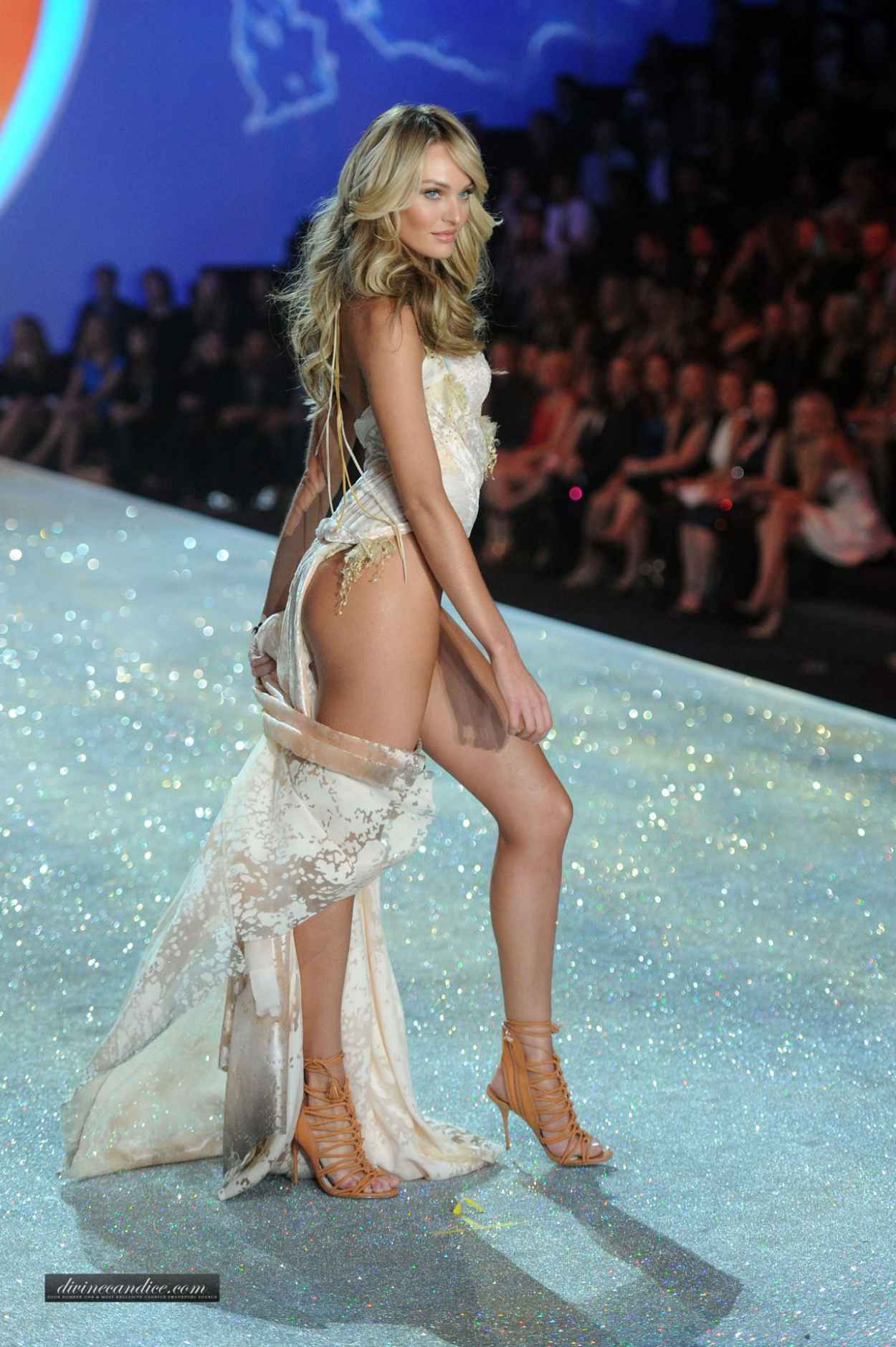 Candice Swanepoel Runaway Pics - Victorias Secret Fashion Show runway in New York City-1