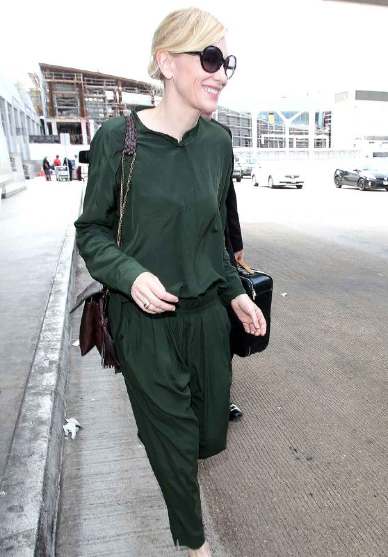 Cate Blanchett - Arrives at the Los Angeles International Airport, October 2015-1