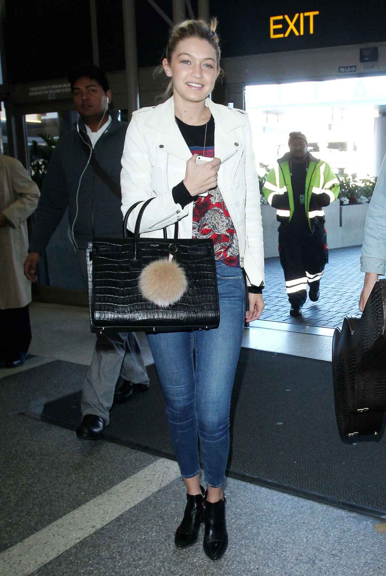 Gigi Hadid in Tight Jeans - at LAX Airport in Los Angeles, Dec. 2015-1