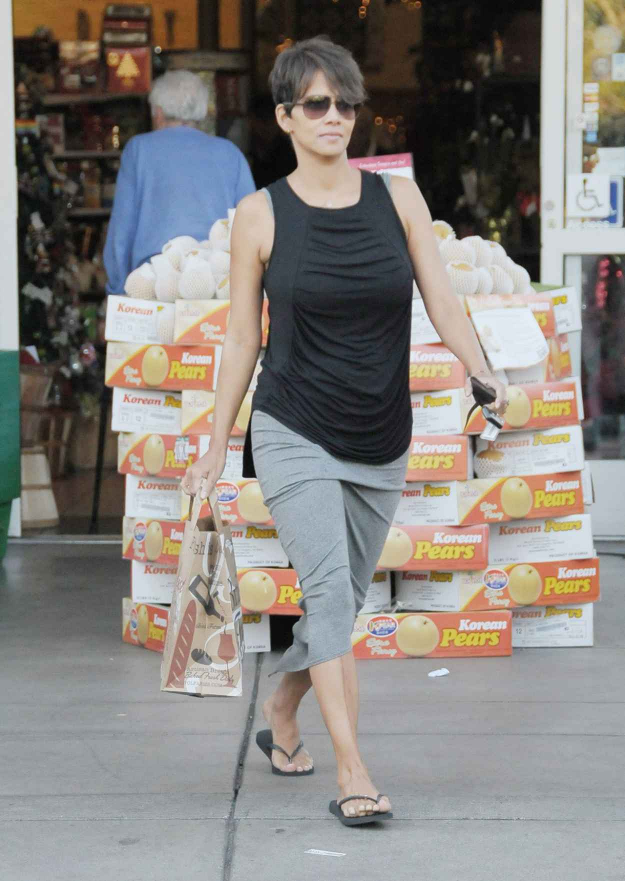 Halle Berry Street Style - Post-baby Shopping at Bristol Farms in Los Angeles - December 2015-1