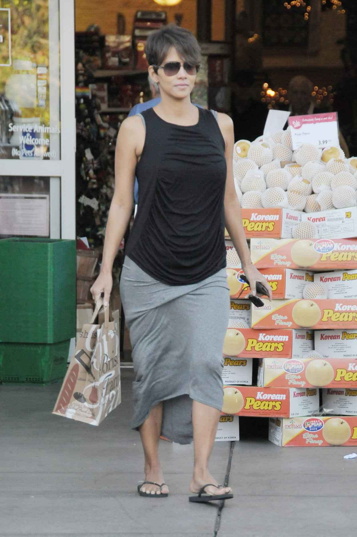 Halle Berry Street Style - Post-baby Shopping at Bristol Farms in Los Angeles - December 2015-4