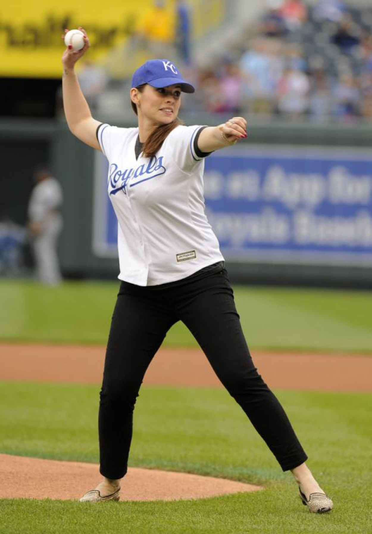 Hayley Atwell - Throwing 1st Pitch in Kansas City, June 2015-1