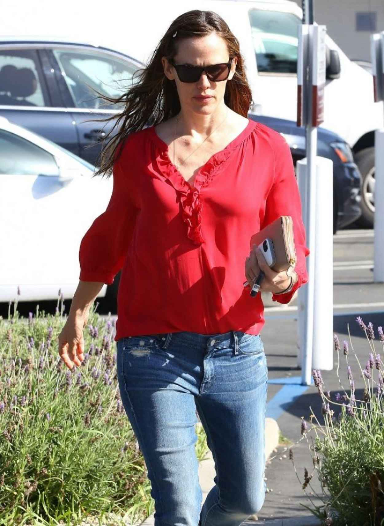 Jennifer Garner Casual Street Style - Brentwood Country Mart in Brentwood-1