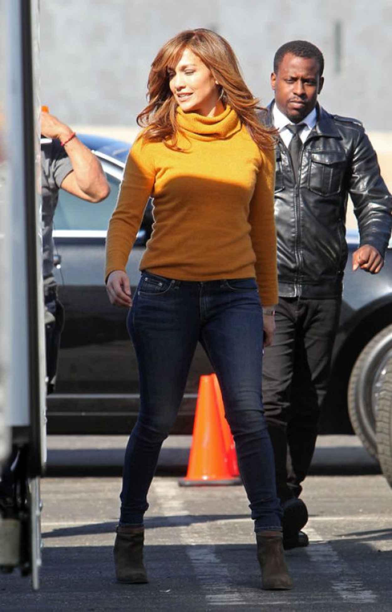 Jennifer Lopez in Jeans on the set of The Boy Next Door in Los Angeles-1