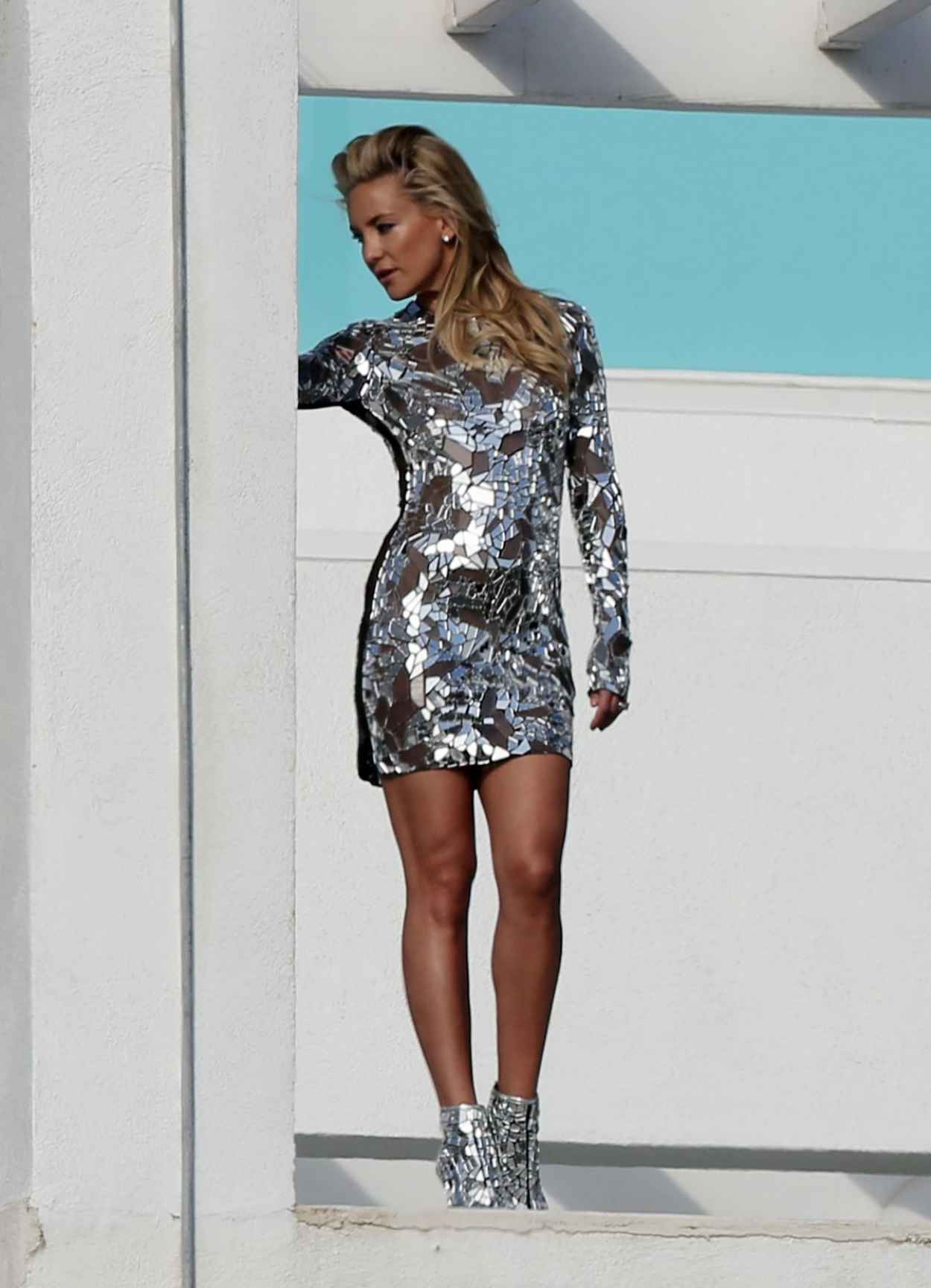Kate Hudson Leggy, in a Mirror Dress for a Photoshoot in Los Angeles-1