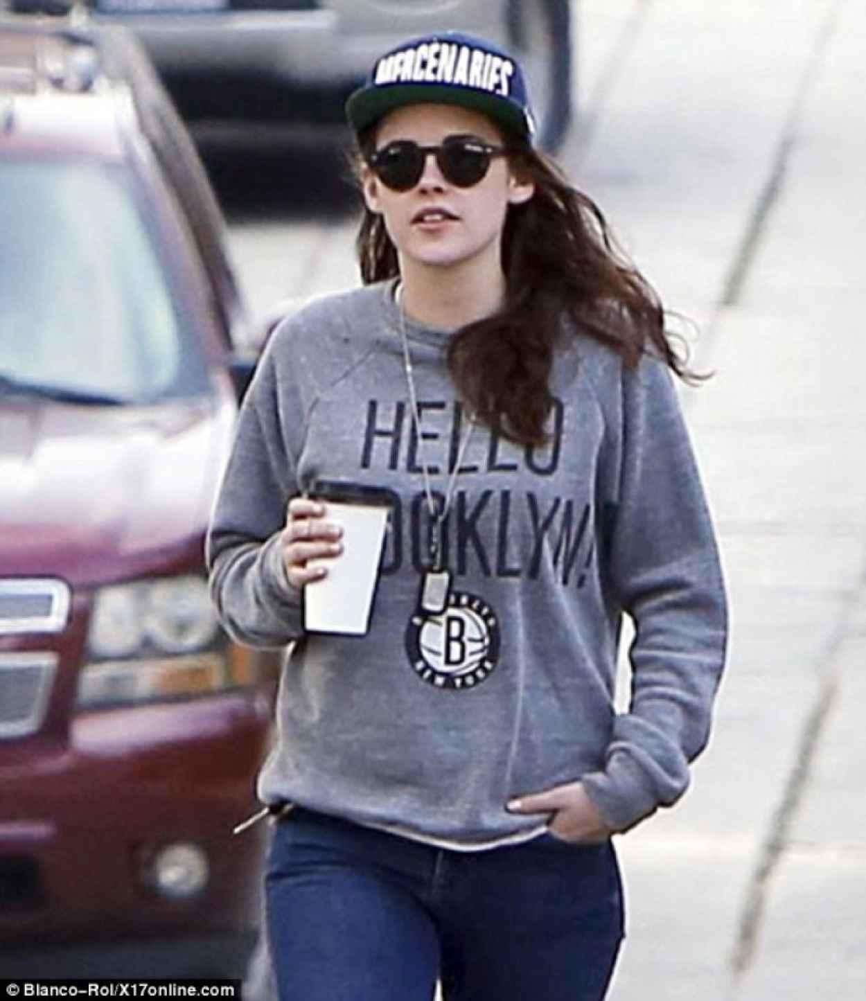 Kristen Stewart Street Style - in Jeans in Los Angeles - December 2015-1