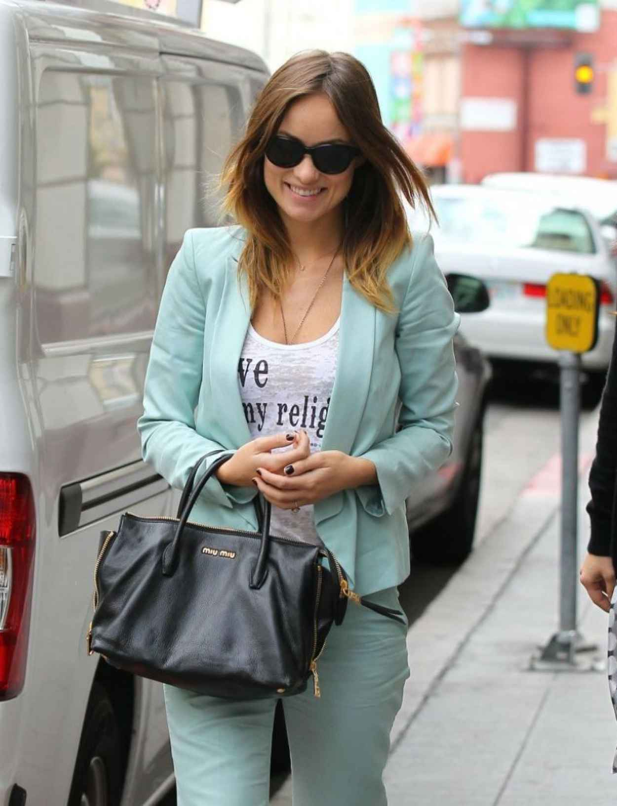 Olivia Wilde Style - Arrives at a Community Service Center in Los Angeles-1