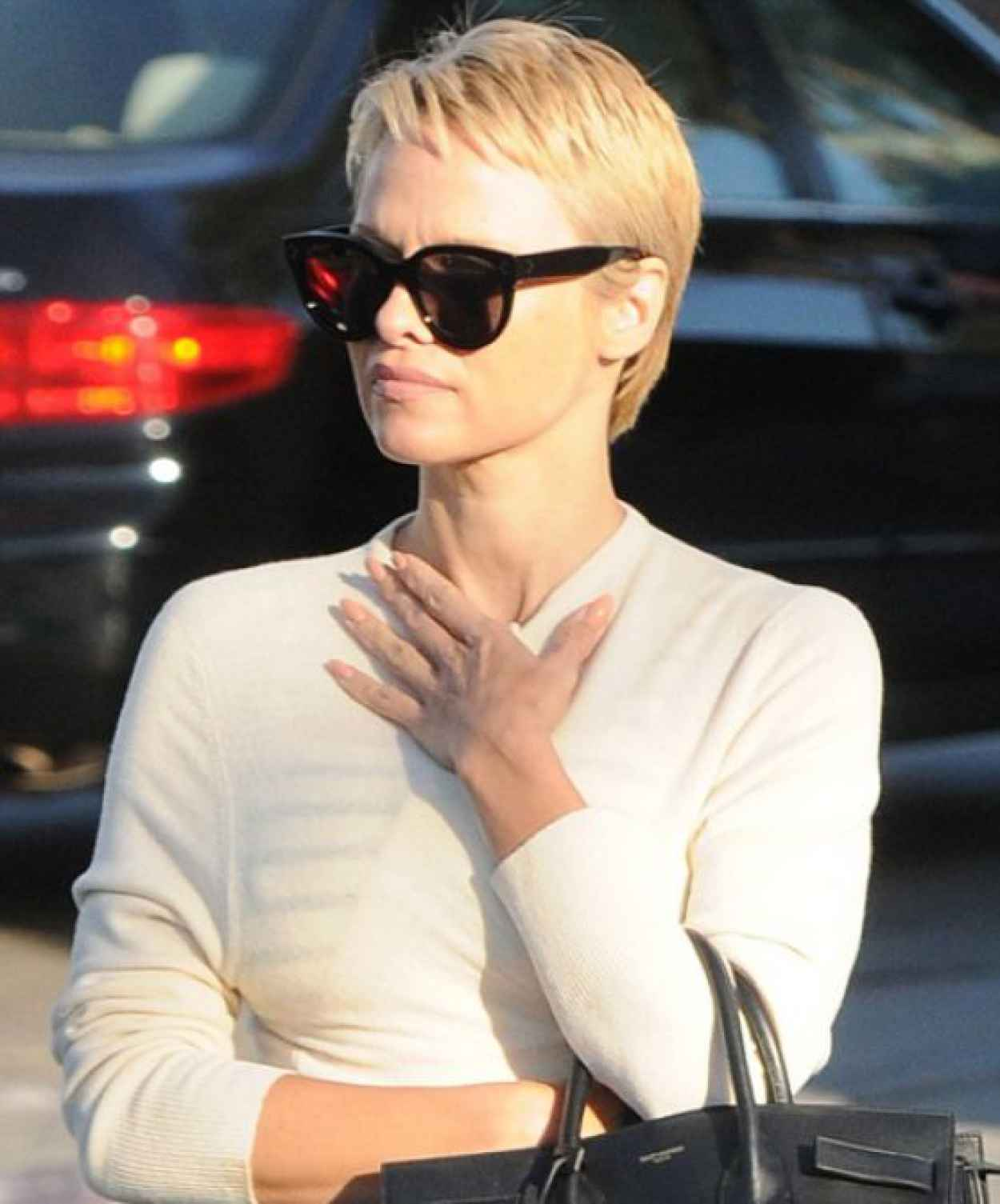 Pamela Anderson Debuts New Pixie Haircut-4
