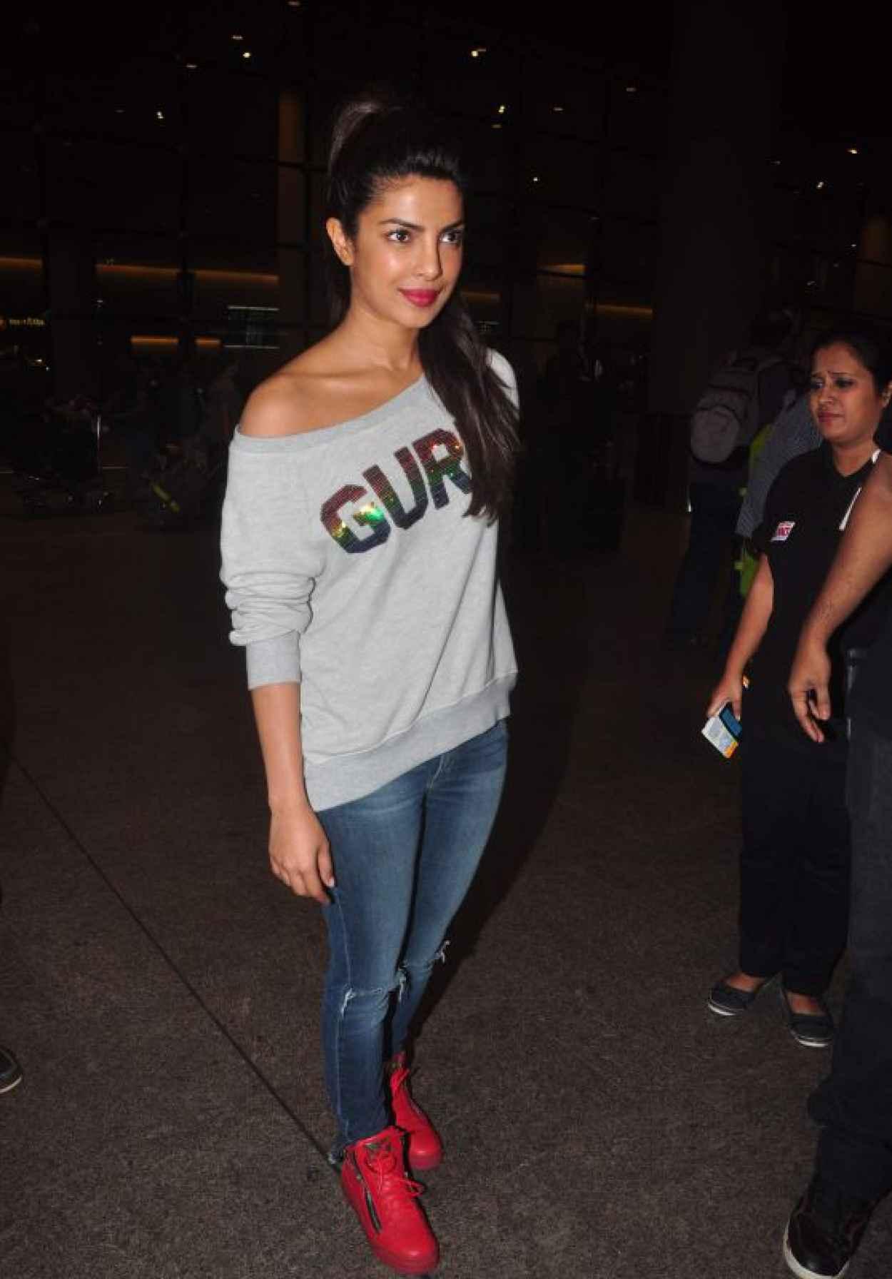 Priyanka Chopra - Makes Her Way to a Waiting Car at Mumbai Airport, October 2015-1