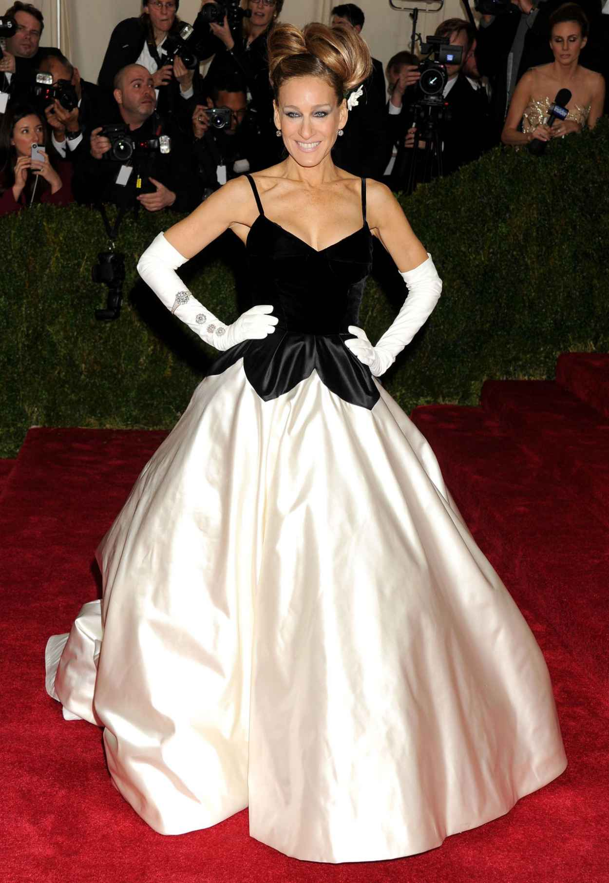 Sarah Jessica Parker in Oscar de la Renta Gown at 2015 Met Costume Institute Gala-1