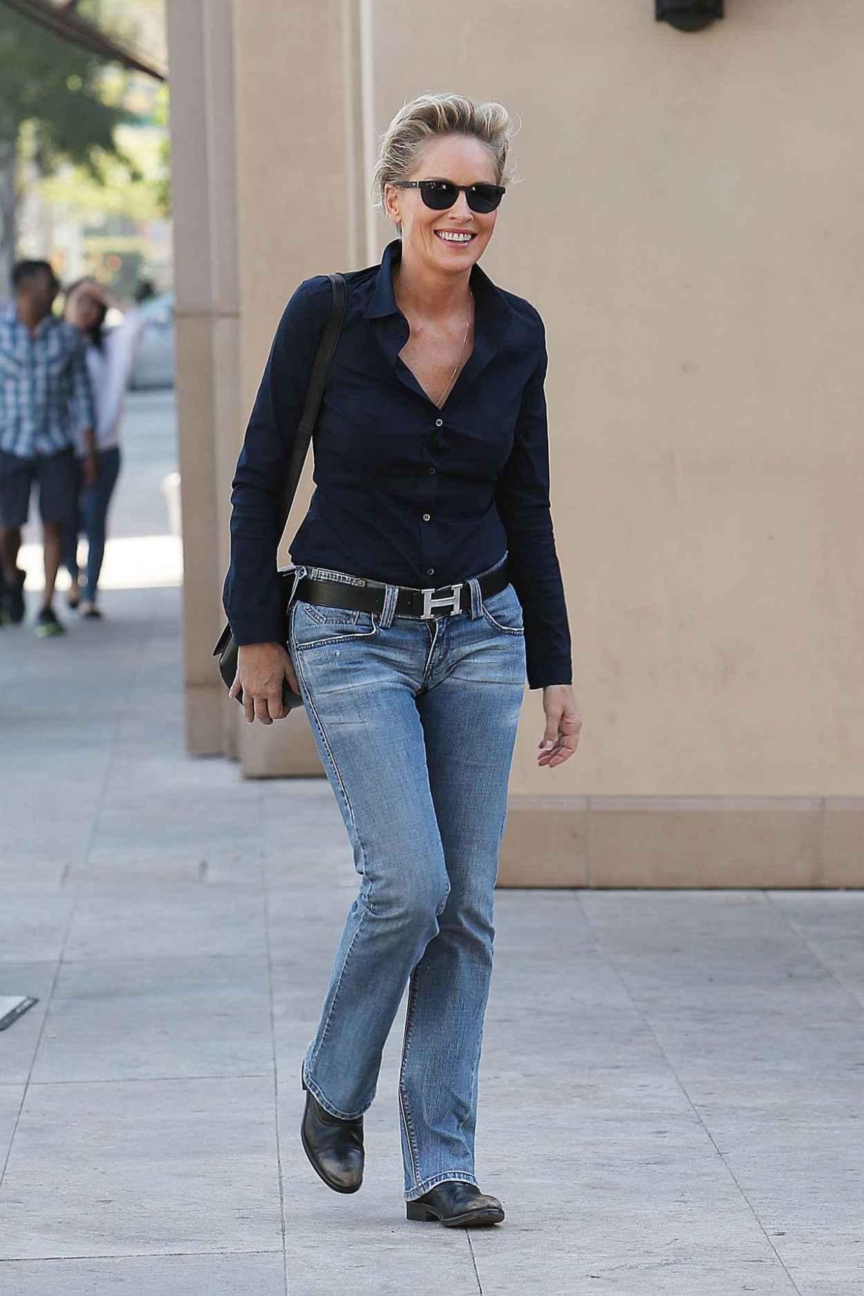 Sharon stone street style out in beverly hills october for Style stone