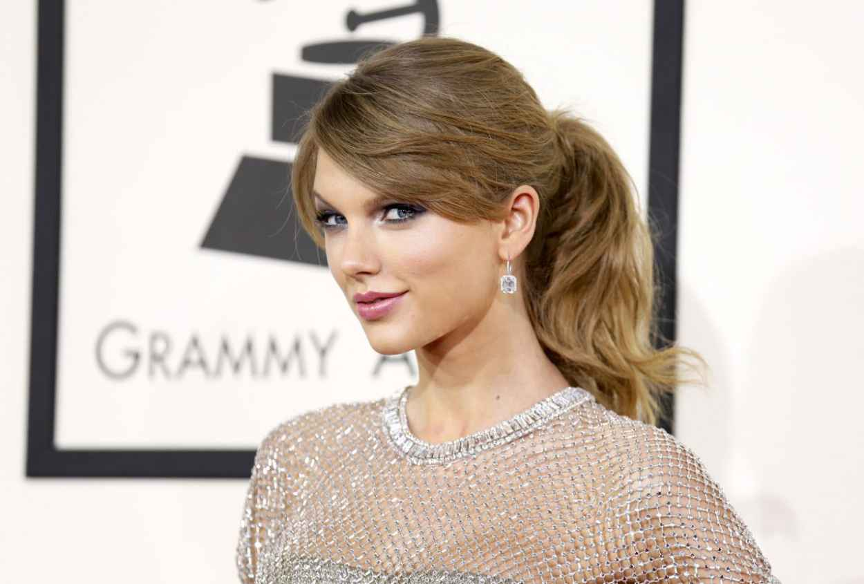 Taylor Swift Wears Gucci at 56th Annual Grammy Awards - January 2015-1